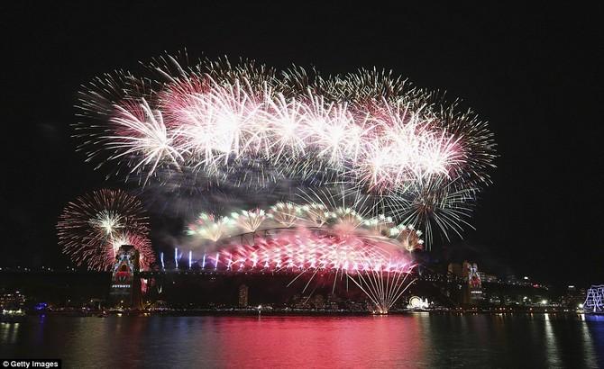 Các tòa tháp ở hai bên của cây cầu được thắp sáng lên trong hình ảnh bản địa như pháo hoa lan trên bầu trời trong một mảng màu sắc tuyệt đẹp