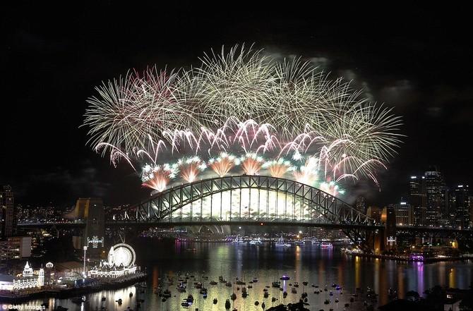 Thuyền điền các cảng trong khi hàng triệu người dân đứng bên mép nước cho các điểm thuận lợi tốt nhất của pháo hoa để chào đón năm 2016