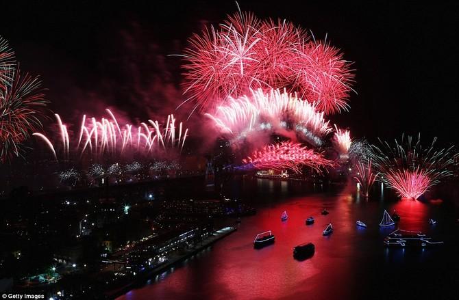 Trong pháo hoa 20 phút hiển thị thành phố tỏa sáng trong một loạt các màu sắc khác nhau, gợi đến những chủ đề 'thành phố màu' - tại một thời điểm một cướp đỏ