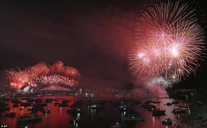 Pháo hoa nổ trên cầu Nhà hát Opera và Harbour trong năm mới bắn pháo hoa đêm giao thừa ở Sydney