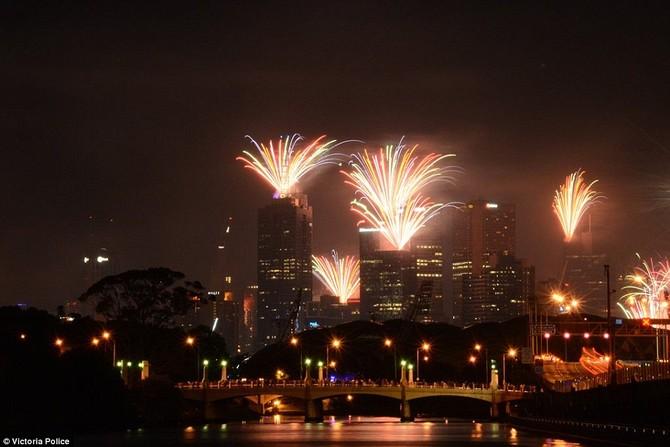 Một màn bắn pháo hoa tuyệt đẹp cũng diễn ra trong thành phố Melbourne để báo trước trong năm mới