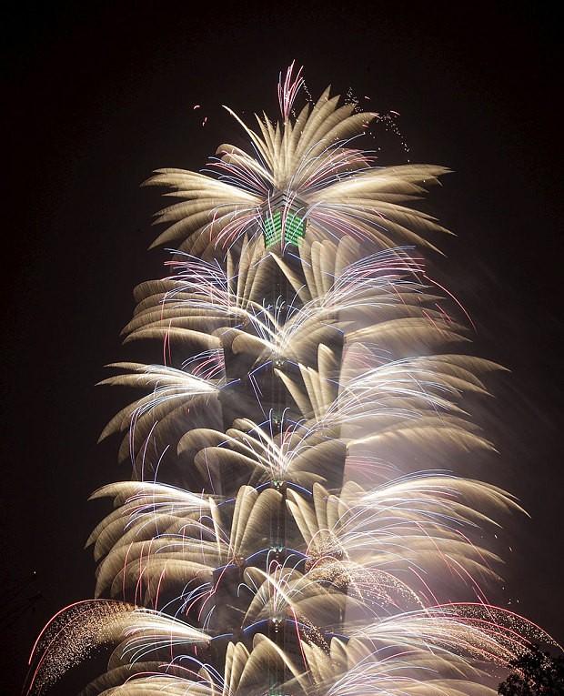 Pháo hoa nổ từ tòa nhà chọc trời cao nhất của Đài Loan, Đài Bắc 101, trong lễ kỷ niệm năm mới tại Đài Bắc, Đài Loan