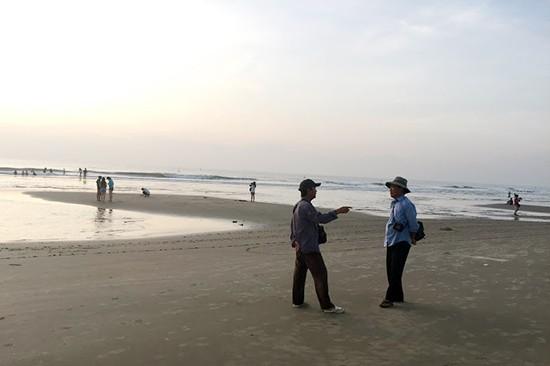 Hai người thợ ảnh dạo tại Mũi né - Phan Thiết đang đứng chơi vì không có khách - ảnh: Thành Lương