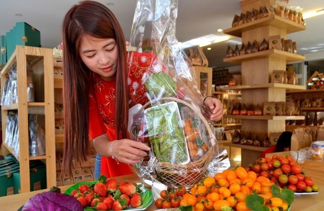 Atiso, dưa baby, cà chua tí hon, củ cải đỏ lên giỏ quà Tết