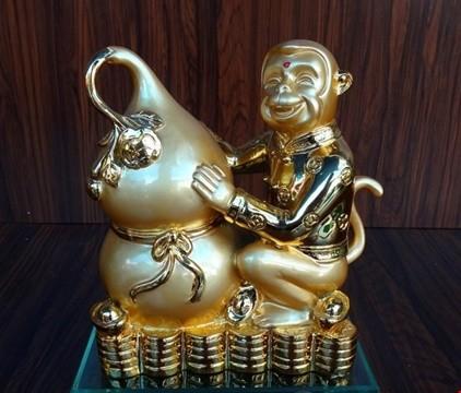 Tượng khỉ bằng vàng vừa có giá trị vật chất vừa là biểu tượng may mắn cho năm mới, mang tài lộc cho người sở hữu, rất thích hợp với những người tuổi khỉ hoặc có mệnh hợp với năm con khỉ.
