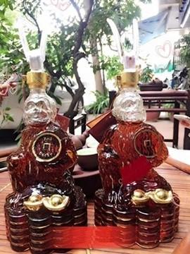 Những chai rượu ngoại hình con khỉ cũng được giới đại gia săn đón để làm quà tặng dịp Tết năm nay.