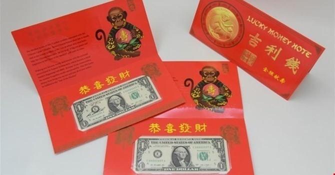 Tờ tiền USD chào mừng năm Bính Thân với số sê-ri bắt đầu từ 8888. Những tờ 1 USD này có ý nghĩa may mắn, trường thọ thông qua hình ảnh con khỉ ôm quả đào tiên.