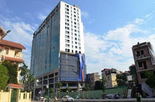 Chủ đầu tư tòa nhà 8B Lê Trực xây sai phép tới 16 m trong sự buông lỏng quản lý và thiếu trách nhiệm của các cơ quan và cá nhân hữu trách - Ảnh: Nguyễn Hưởng