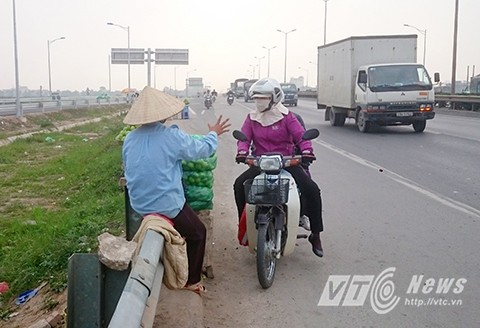 Không chỉ có người đi xe máy mà cả người đi ô tô , xe tải vẫn vô tư dừng đỗ mua bán mặc cho dòng phương tiện đang chạy với tốc độ cao ùn ùn phía sau