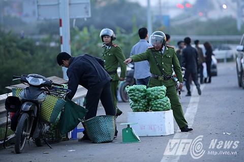 Lực lượng cảnh sát trật tự thường xuyên phải có mặt để nhắc nhở thậm chí tịch thu hàng hóa của các sạp bán rong.