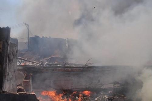 Xưởng gỗ cháy ngùn ngụt, cả trăm người dập lửa - ảnh 2