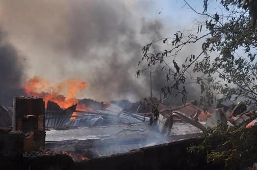 Xưởng gỗ cháy ngùn ngụt, cả trăm người dập lửa - ảnh 3