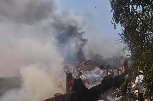 Xưởng gỗ cháy ngùn ngụt, cả trăm người dập lửa - ảnh 1