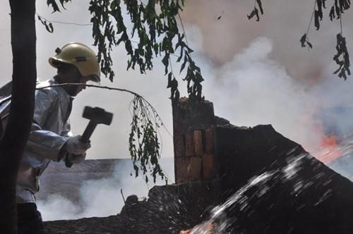 Xưởng gỗ cháy ngùn ngụt, cả trăm người dập lửa - ảnh 4