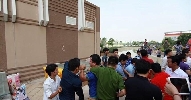 Cư dân chung cư Era Town bị đánh trước mặt công an