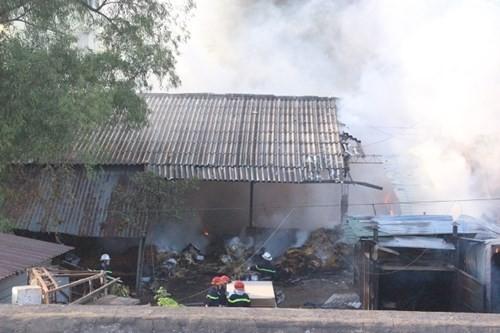 Hàng nghìn m2 nhà xưởng cháy ngùn ngụt, công nhân hoảng loạn tháo chạy - ảnh 1