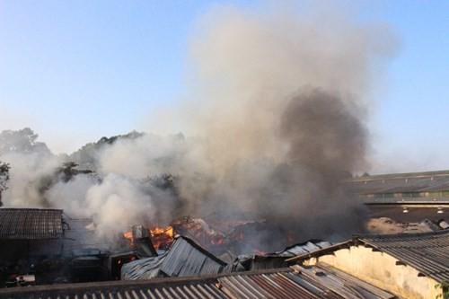 Hàng nghìn m2 nhà xưởng cháy ngùn ngụt, công nhân hoảng loạn tháo chạy - ảnh 2
