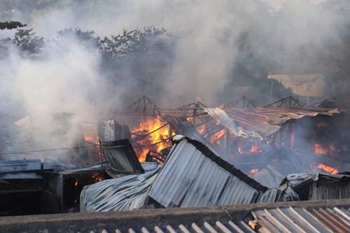 Hàng nghìn m2 nhà xưởng cháy ngùn ngụt, công nhân hoảng loạn tháo chạy - ảnh 3