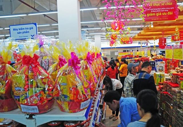 Giỏ quà Tết có đặc sản biển được bày bán trong siêu thị ở Quảng Ngãi. Ảnh: Minh Hoàng.