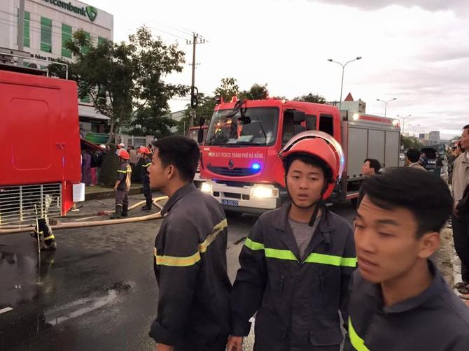 Cháy dữ dội xưởng gỗ, Đà Nẵng 'tổng lực' chữa cháy - ảnh 3