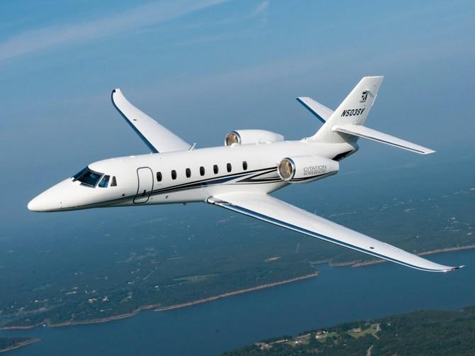 Trong thị trường, sự cạnh tranh Legacy 500 chống lại máy bay phản lực tầm trung như Cessna Citation Sovereign + và bộ đôi lớn hơn ...