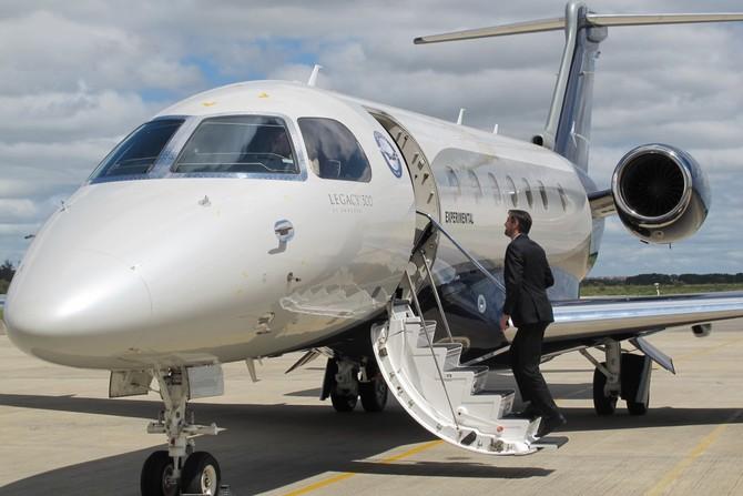 Nó có thể mang bao nhiêu là 12 hành khách, nhưng hầu hết khách hàng đi với các thiết lập tám hành khách.