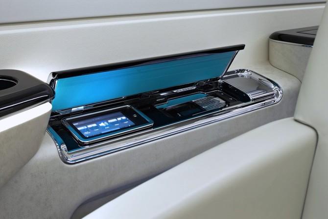 cabin của máy bay phản lực có thể được điều khiển thông qua màn hình cảm ứng cá nhân hoặc bộ điều khiển iPhone / iPad. 500 cũng có tính năng một hệ thống giải trí độ nét cao và kết nối Wi-Fi toàn.