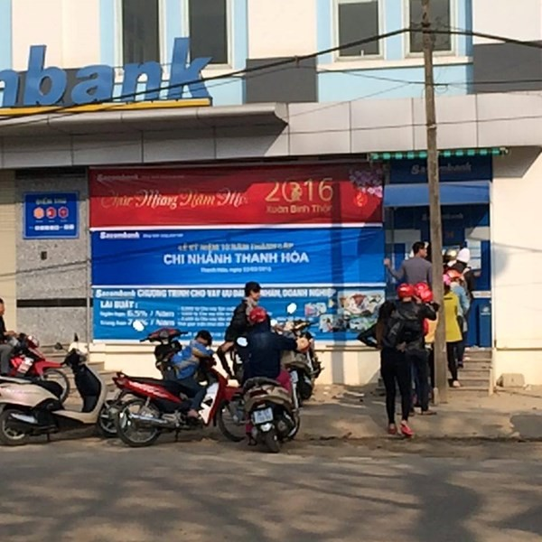 Thanh Hoa: Nguoi dan rong ran xep hang truoc ATM cho rut tien-hinh-anh-1