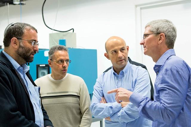 Srouji (thứ hai từ trái sang) cùng các đồng nghiệp thảo luận với Tim Cook (bên phải)