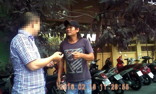 Tiến thu 30.000 đồng giữ ô tô trên đường Nguyễn Văn Chiêm vào ngày 18.2.2016 - Ảnh: Nguyên Đức