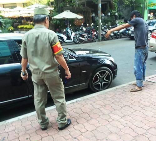 'Đầu gấu' chiếm đường giữ xe ở Sài Gòn - ảnh 5
