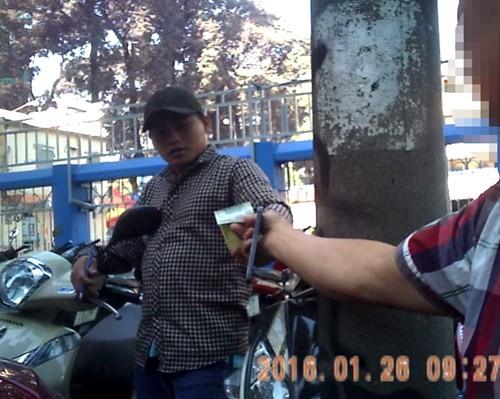 Thanh niên trên đường Nguyễn Văn Chiêm thu 20.000 đồng giữ ô tô ngày 26.1.2016