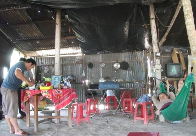 Nhiều hộ dân vẫn cố bám trụ để đòi quyền lợi bằng việc kinh doanh nhỏ lẻ cho những khách đến tham quan những khu du lịch gần đấy.