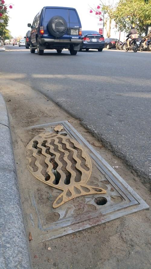 Đường phố Đà Nẵng đã được lắp đặt nhiều nắp cống hình con cá – một ý tưởng từ nhóm bạn trẻ có chuyên môn