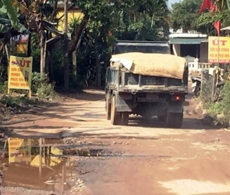 Đường liên thôn chật hẹp là nơi để cánh tài xế từ xế hộp đến xe tải né trạm thu phí.