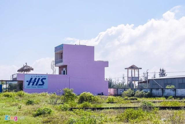 Nhiều công trình xây cao tầng nhòm ngó vào sân bay Nước Mặn.
