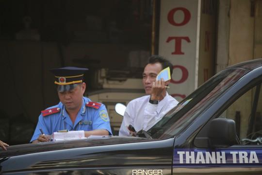 Một tài xế taxi ngơ ngác khi bị phạt lỗi đậu xe dưới lòng đường Lê Hồng Phong (quận 5)