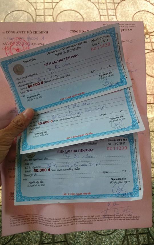 Biên bản và 3 tờ giấy phạt của một người dân bị phạt về lỗi vi phạm đậu xe dưới lòng đường.