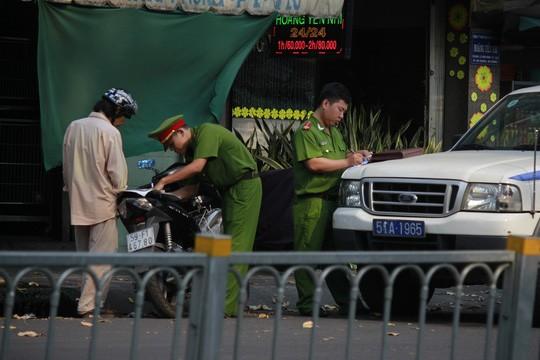 Lực lượng công an phường 1 (quận 5) đang kiểm tra xử lý lỗi vi phạm lấn chiếm lòng lề đường.