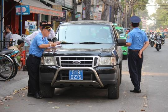 Lực lượng Thanh tra Giao thông Vận tải TP HCM cũng tham gia trong việc dẹp nạn lấn chiếm lòng lề đường.