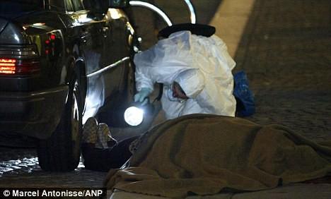 Thi thể của Konsantin Dimitrov sau khi bị bắn chết tại Amsterdam vào năm 2003