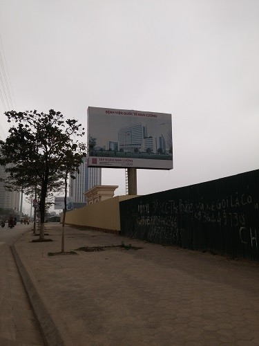 Công trình được quây tôn dọc đường Tố Hữu,