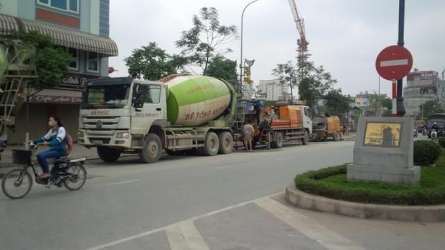 Các xe bê tông dàn hàng ngang dưới lòng đường Tân Mai