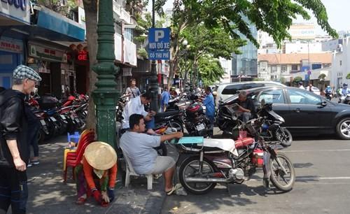 Theo ghi nhận ở nhiều nơi, đa số xe máy đều đậu ở dưới lòng đường - Ảnh: Phạm Hữu