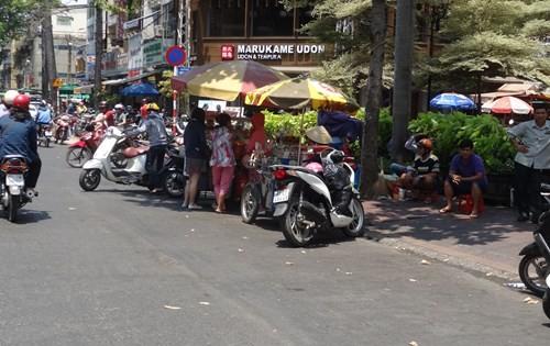 Bán hàng rong tràn xuống đường An Dươgn Vương - Ảnh: An Huy
