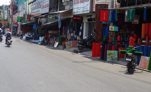 Một điểm bán hàng được bày biện sát mét đường, không còn vỉa hè cho người đi bộ - Ảnh: Phạm Hữu