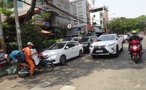 Nhiều lớp xe ô tô đậu chiếm hết 2/3 đường Nguyễn Cư Trinh (P.Nguyễn Cư Trinh, Q.1) - Ảnh: An Huy