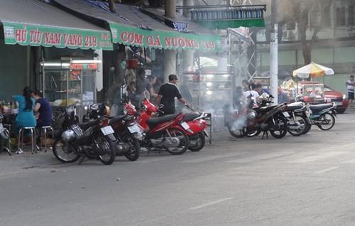 Bên cạnh đó tình trạng buôn bán lấn chiếm cũng không kém (ảnh chụp tại đường An Bình, P.7, Q.5) - Ảnh: Phạm Hữu