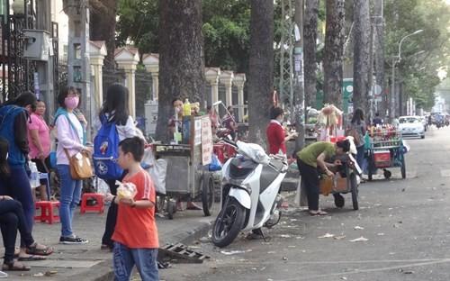 Tình trạng bán hàng rong trước Đại học Sài Gòn vẫn tồn tại nhiều năm qua - Ảnh: Phạm Hữu