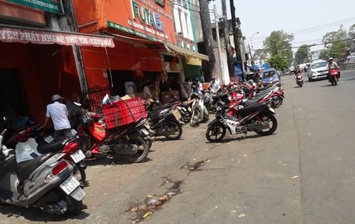 Trước Công ty Phương Trang (đường Lê Hồng Phong, P.4, Q,5) đậu xe tràn xuống lòng đường - ẢNh: Phạm Hữu